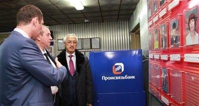 Во время визита Губернатор обратил внимание на «Доску почета» завода